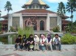 Anak HMIF IT Telkom numpang ketemuan di Masjid Kampus UGM. Kita foto-foto dulu di depan masjid.. :)