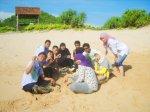 Abis basah-basahan, kita makan durian dulu di pinggir pantai..