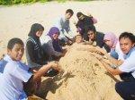 Kegiatan yang standard saat berada di pantai adalah mengubur diri dengan pasir. Kali ini sang korban adalah Yogiek.